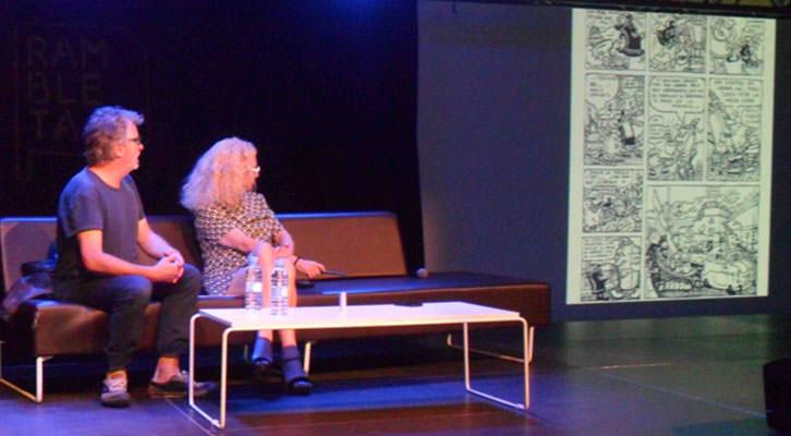 Javier Mariscal, junto a Mariola Cubells, observando la proyección de algunos de sus dibujos, en Espai Rambleta.