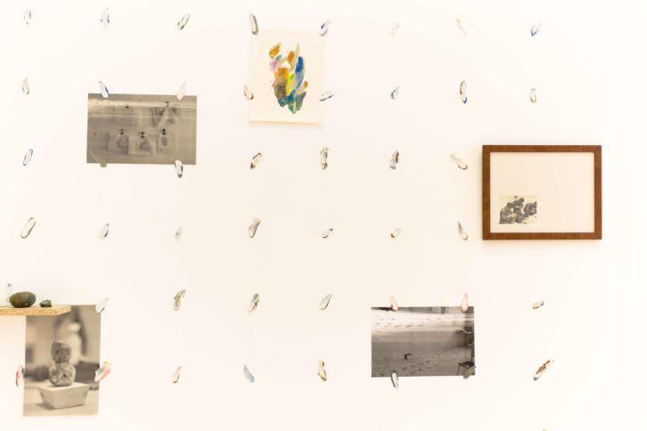 """Enrique Radigales. """"Ni hueso ni pepita"""". Instalación (detalle). Cortesía Galería Carolina Rojo."""