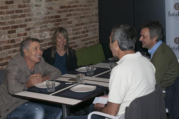 Enrique Rubio, con Eva Montesinos a su lado, en un momento de los Desayunos Makma en Lotelito, con Salva Torres (de blanco) y Vicente Chambó. Foto: Fernando Ruiz.