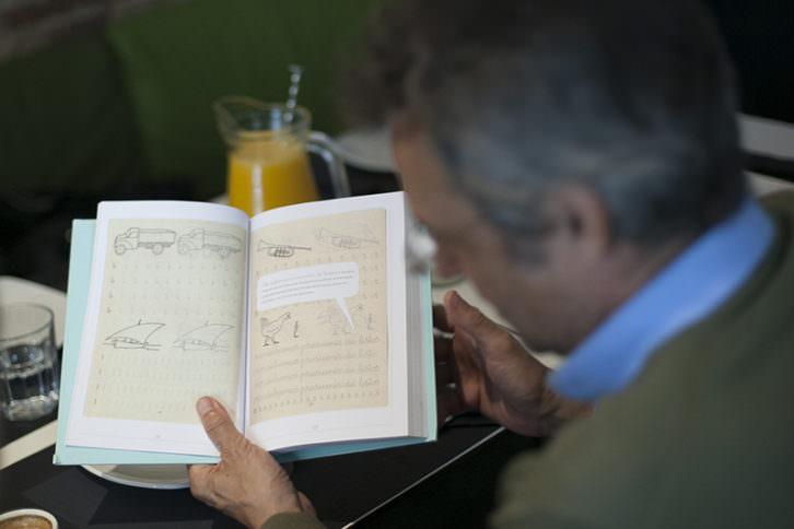 Ejemplar del libro 'Mi mamá me mima', de Enrique Rubio, en los Desayunos Makma de Lotelito. Foto: Fernando Ruiz.