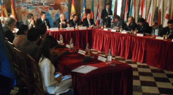 Imagen del encuentro en la Lonja de la Seda de Valencia de los embajadores de 14 países con el presidente de la Generalitat, Ximo Puig, y el Ministro de Exteriores, José Manuel García Margallo.