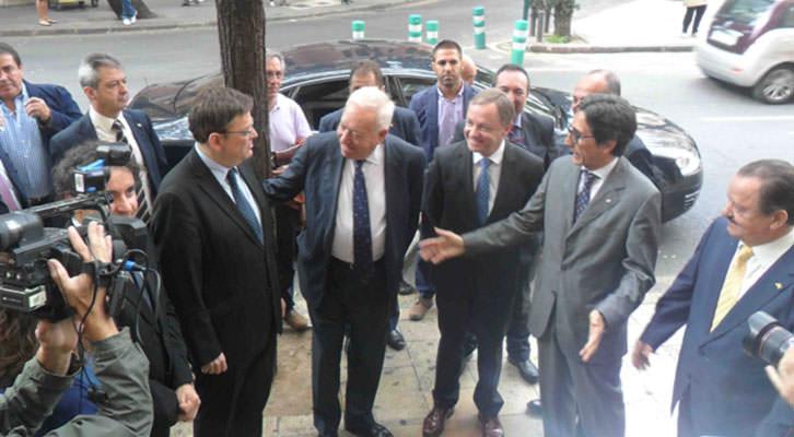 Ximo Puig, presidente de la Generalitat, y José Manuel García Margallo, ministro de Exteriores, en la entrada de la Lonja de la Seda poco después de atender a los medios.