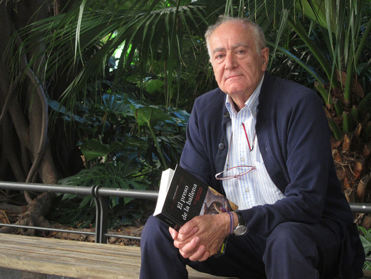 Eduardo Alonso con su libro El preso de la ballena entre las manos. Fotografía: Silvia Zarza.