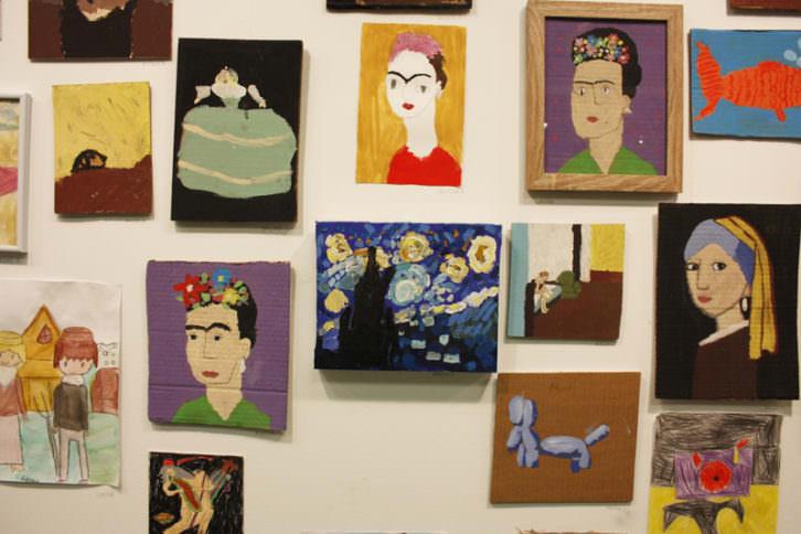 """La noche estrellada de Vincent Van Gogh, al lado de  """"Habitación de hotel"""" de Hopper, y varias Fridas y una joven de la perla, de Vermeer"""