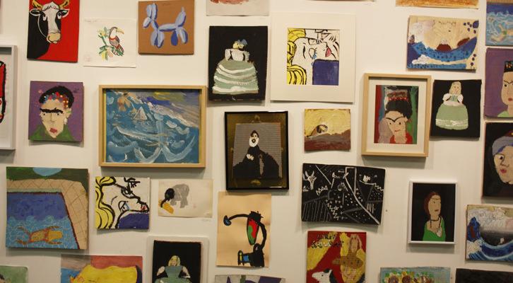 Algunos cuadros de la exposición, versionando a Khalo, Sorolla, El Greco, Miró o Velázquez