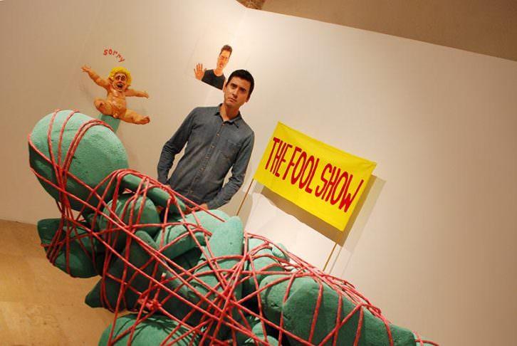 Daniel Jordán, junto a su obra. Imagen cortesía del Centro del Carmen.