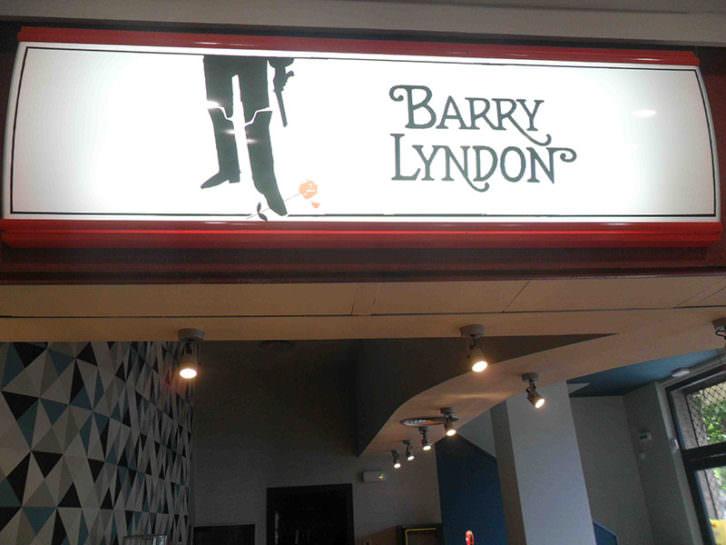 Cartel de Barry Lyndon en la entrada junto a la cafetería de los nuevos Aragó Cinema.