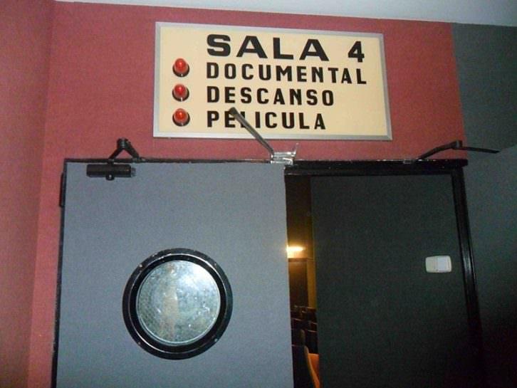Entrada a la sala 4 de Aragó Cinema, con el rótulo antiguo que se mantiene.