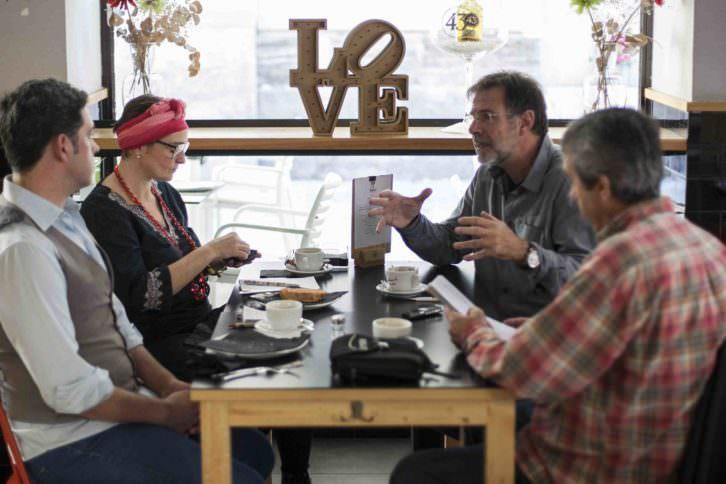 Merche Medina, Jose Ramón Alarcón y Salva Torres conversando con Manolo Bañó acerca de las peculiaridades de su proyecto. Fotografía: Fernando Ruiz.