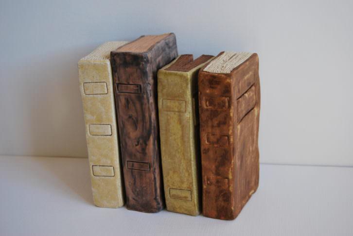 """Cristina Guzmán Traver. """"Llibres"""", gres, arcilla y esmaltes óxidos, 2015. Cortesía de la artista."""