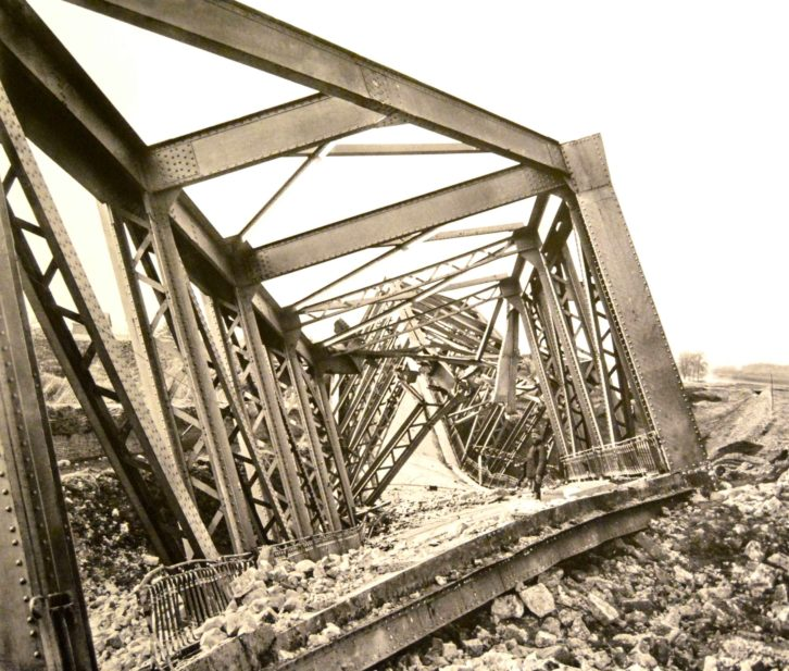 Una instantánea de un puente dinamitado por los por los soldados alemanes (1917). Fotografía: Jose Ramón Alarcón.
