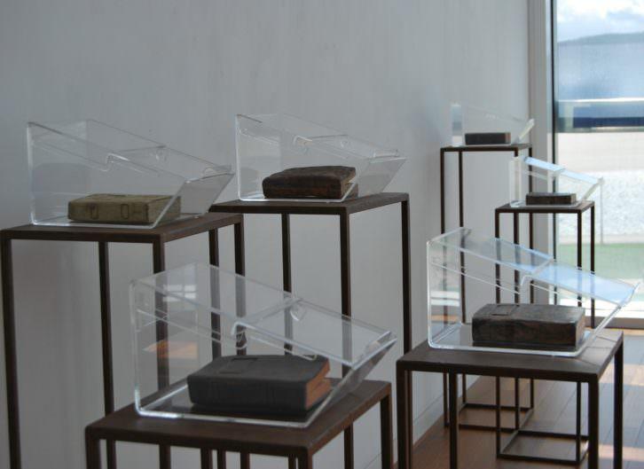 """Cristina Guzmán Traver. Instalación """"Llibreries"""", cerámica, hierro y metacrilato, 2015. Cortesía de la artista."""