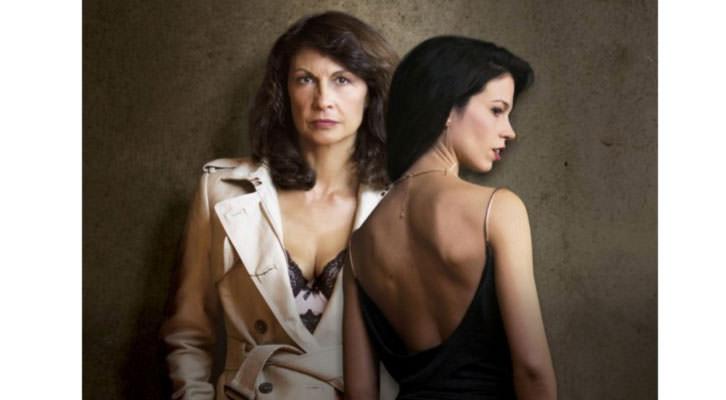 Cristina Higueras, de frente, y Mireia Pàmies, en Nathalie X. Imagen cortesía de Teatro Talía.