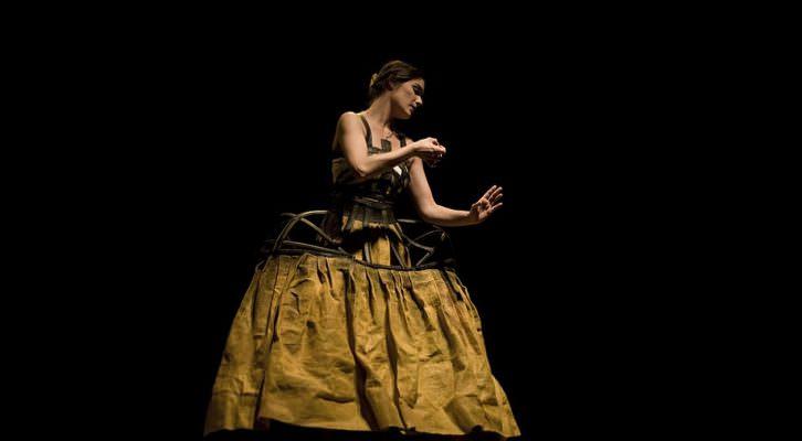 Imagen de un instante de la representación de la obra 'Pinedas tejen lirios'. Fotografía cortesía del teatro.
