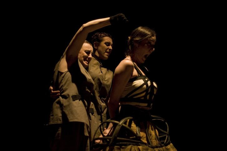 Imagen de un instante de la representación de 'Pinedas tejen lirios'. Fotografía cortesía del teatro.