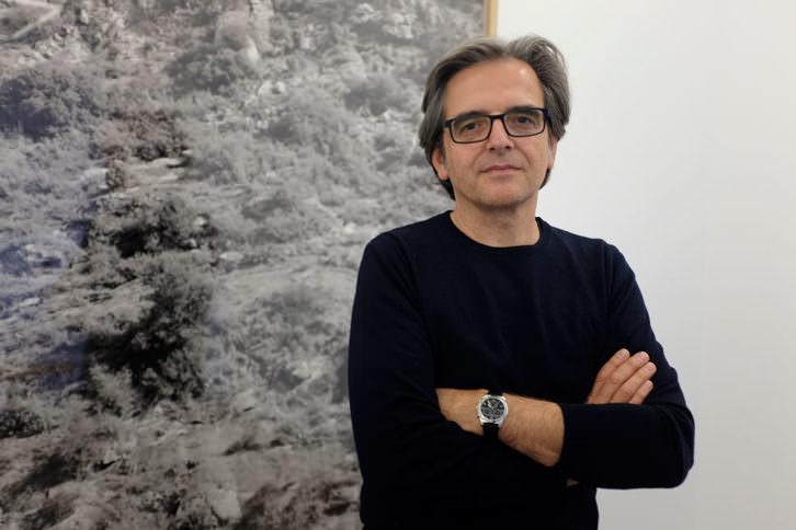 Xavier Ribas al lado de una de sus obras. Imagen cortesía de Espaivisor.