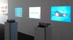 Instalación de Rogelio López Cuenca en la exposición Les Pronoms Febles. Imagen cortesía de pazYcomedias.