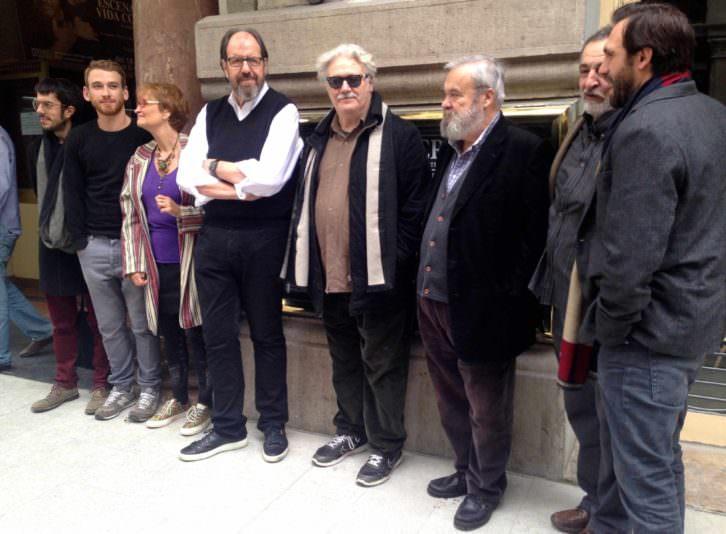 El elenco de la obra a las puertas del Teatro Olympia, tras la rueda de prensa. Fotografía: Merche Medina.