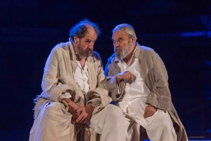 Josep María Pou (Sócrates) y Carles Canut (Critón) durante un instante de la representación. Imagen cortesía de la compañía.