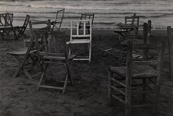 Sillas en la playa, de Gabriel Cualladó. Imagen cortesía del IVAM.
