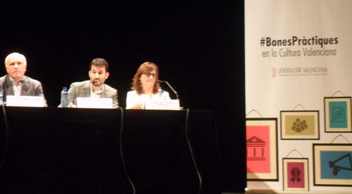 De izquierda a derecha, Albert Girona, Vicent Marzà y Carmen Amoraga, durante la presentación del Código de Buenas Prácticas en el Teatro Principal de Valencia.
