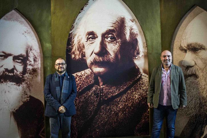 Rafael Company (izda) y Xavier Rius, en la exposición permanente 'La aventura del pensamiento'. Imagen cortesía del MuVIM.