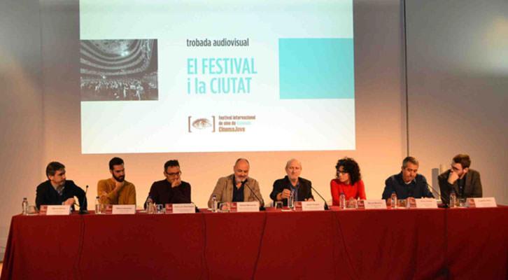 José Luis Cienfuegos, Rafael Maluenda y Javier Angulo, en el centro de la mesa, junto a los periodistas que participaron en el encuentro El Festival y la ciudad. Imagen cortesía de CulturArts.