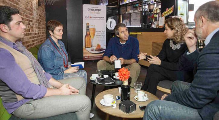 De izquierda a derecha, Jose Ramón Alarcón, Merche Medina, Salva Torres, Mariángeles Fayos y Enrique Fayos, en un momento de los Desayunos Makma en Lotelito. Foto: Fernando Ruiz.