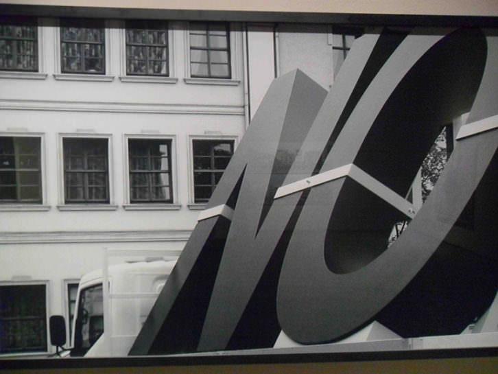 Obra de Santiago Sierra, de la Colección Aena, en el Centro del Carmen.