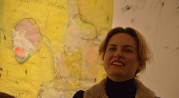 Ana Vernia delante de una de sus obras. Imagen cortesía de Espai Ademuz.