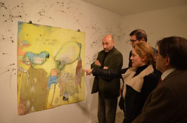 Ana Vernia, durante la inauguración de su exposición 'La oportunidad de las moscas'. Imagen cortesía de Espai d'Art El Corte Inglés Nuevo Centro.