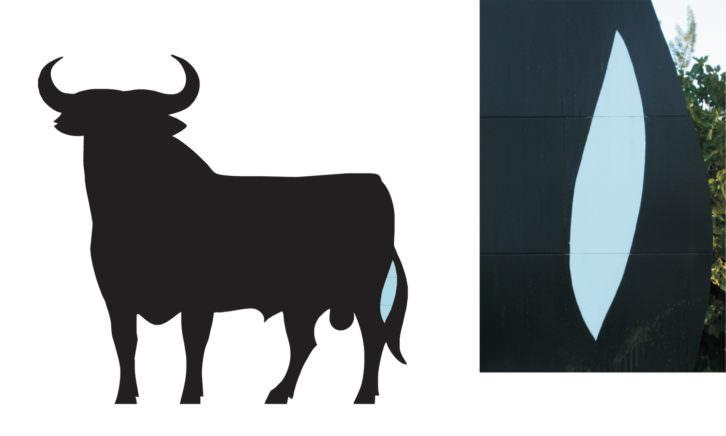 El Toro de Osborne junto al falso hueco azul. Imagen cortesía del artista.