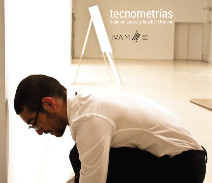 Una instantánea de Solimán López en plena acción performativa de 'Tecnometrías'. Imagen cortesía del IVAM.