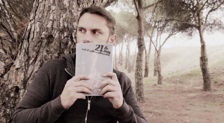 El artista Daniel Rod posa con un ejemplar de '21 Le Mag'. Imagen cortesía de los editores.