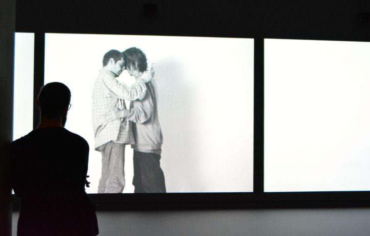 Video de Gillian Wearing en la exposición del IVAM. Fotografía de Jose Ramón Alarcón.