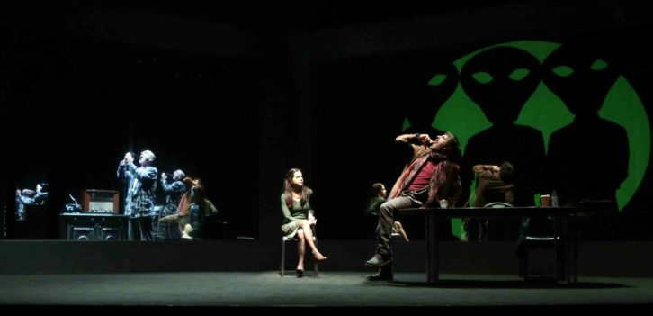 Escena de 'La guerra dels mons 2.0', de L'Horta Teatre. Imagen cortesía de la compañía.
