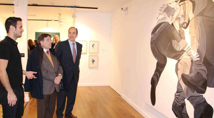 Sergio Terrones, a la izquierda, delante de una de sus obras. Imagen cortesía de Espai d'Art.