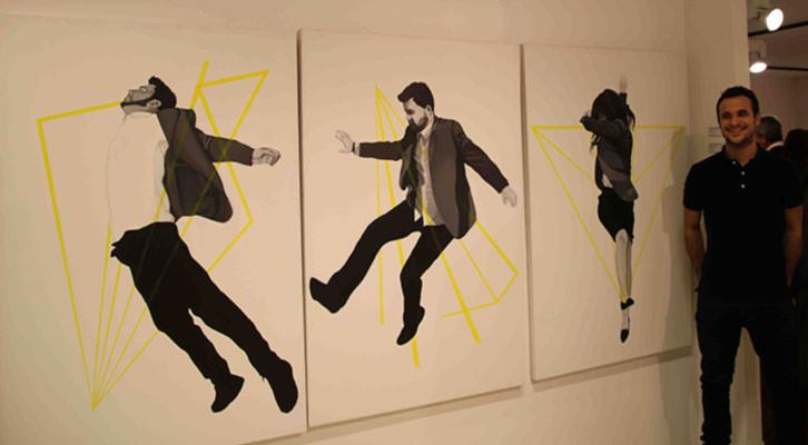 Sergio Terrones junto a una de sus obras. Imagen cortesía de Ademuz Espai d'Art.
