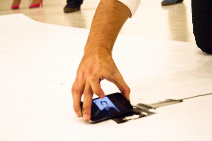 Un instante de la acción 'Tecnometrías', llevada a cabo por Solimán López en el CAC de Málaga. Imagen cortesía del artista.