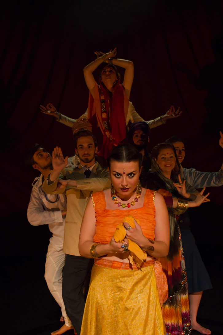 Escena de Hamlet / Jaipur, de Chema Cardeña. Imagen cortesía de Sala Russafa.