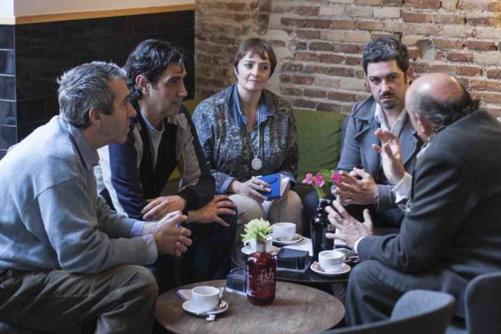 Francis Montesinos (derecha) y Rafa Sánchez (segundo por la izquierda) conversan con el equipo de Makma en Lotelito. Fotografía: Fernando Ruiz.