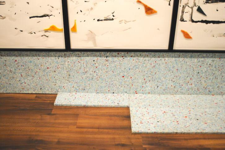 Detalle del montaje de gomaespuma por el suelo de la galería.