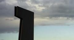 Monumento erigido en memória de Carlos Barral. Cortesía de la galería.