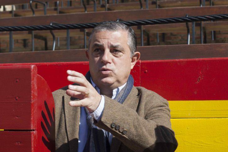 El escritor y crítico taurino Enrique Amat durante un instante de la entrevista. Fotografía: Fernando Ruiz.