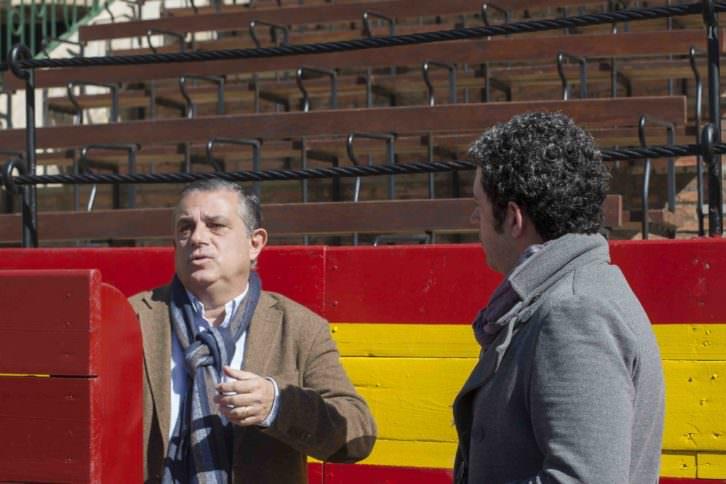 El escritor y crítico taurino Enrique Amat en un instante de la entrevista, con Jose Ramón Alarcón. Fotografía: Fernando Ruiz.