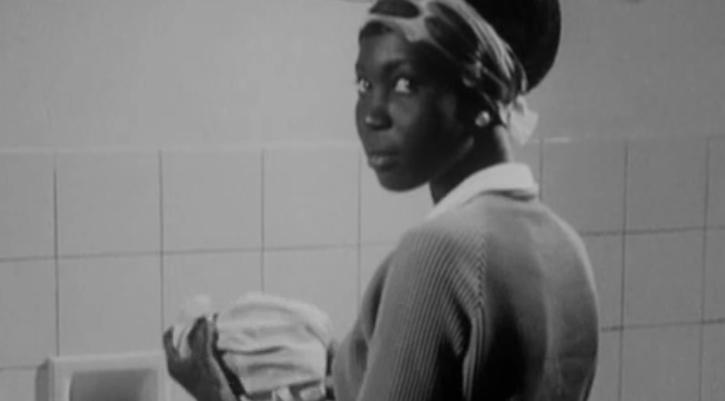 """Fotograma de """"La noire de… """" (1966), de Ousmane Semaine. Cortesía de la Filmoteca."""