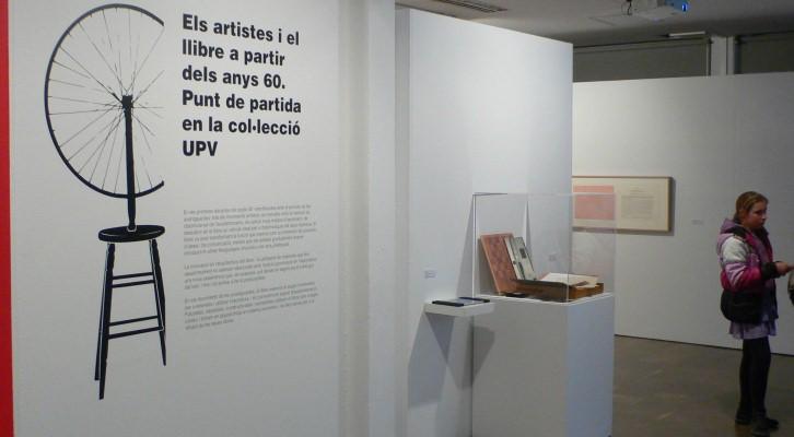 Cartela que abre la exposición Salt de pàgina. Imagen de Sansón Carrasco.