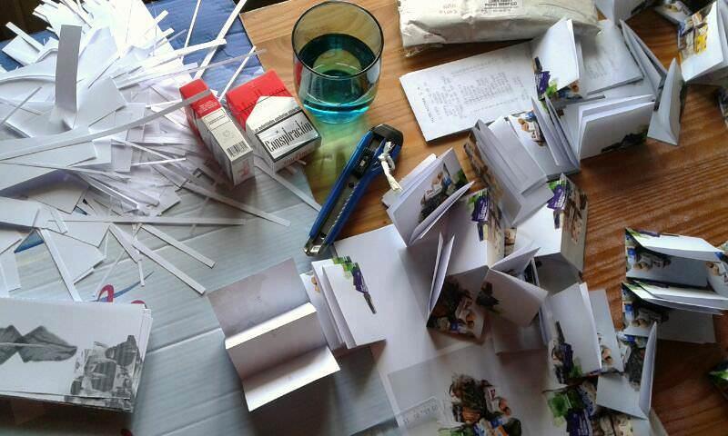 Mesa de conspirada edición de trabajo de Papel Engomado. Fotografía cortesía de la galería.