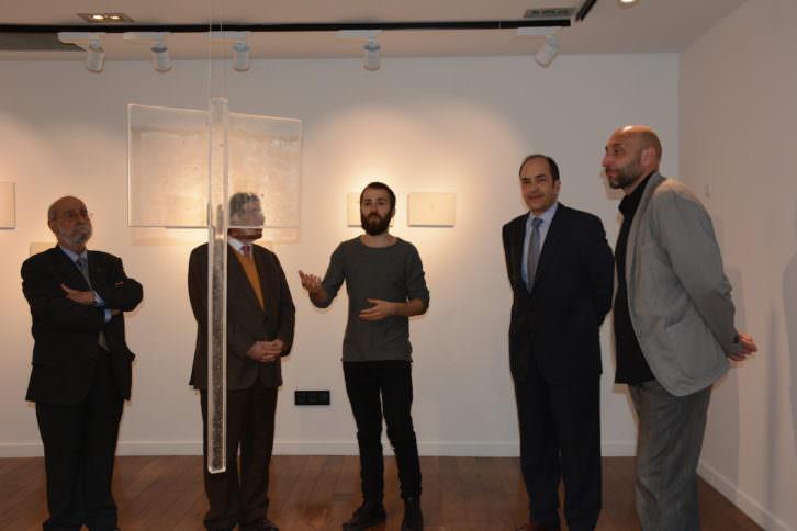 Artista explica una de las piezas durante la inauguración. Imagen cortesía de la organización.