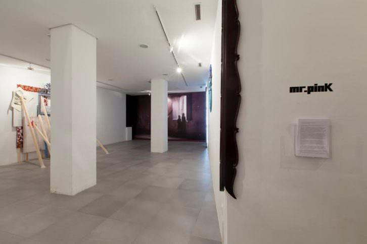 Vista general de la exposición. Imagen cortesía de la galería Mr. Pink.
